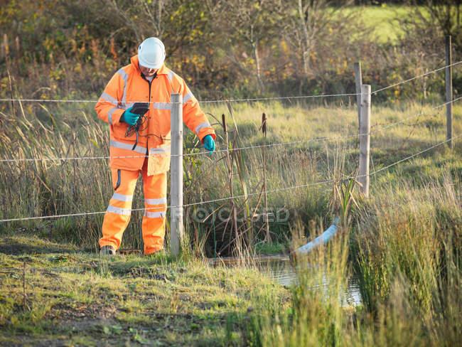 Écologiste surveillant la qualité de l'eau près du site de la mine de charbon — Photo de stock
