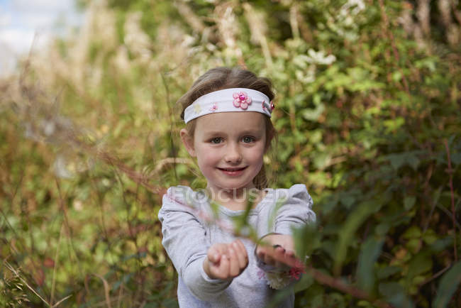 Young girl in rural setting, exploring — Stock Photo