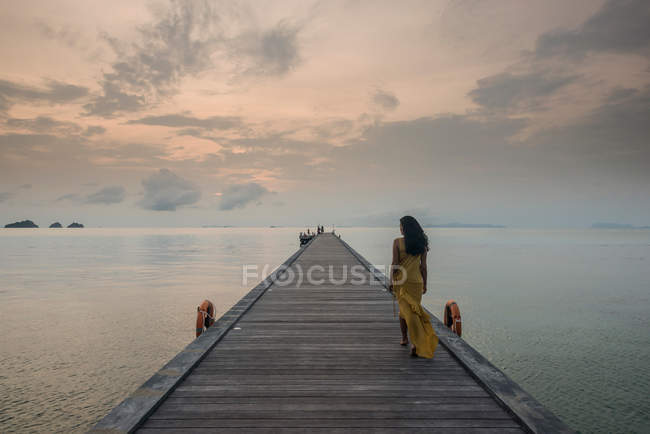 Woman on pier, Taling Ngam Beach, Ko Samui, Thailand — Stock Photo