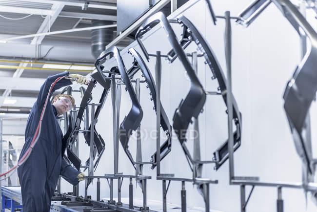 Limpiar mejor las piezas de automóviles en la fábrica de pinturas de aerosol - foto de stock