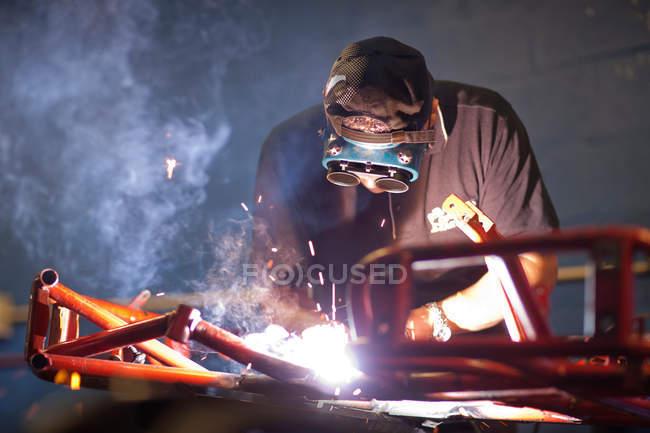 Mécanicien soudage aller chariot en atelier — Photo de stock