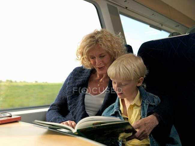 Nonna e nipote lettura libro — Foto stock