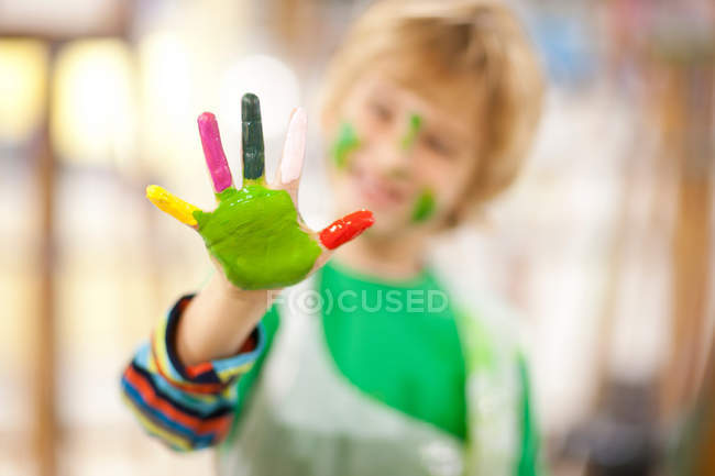 Мальчик показывает краску на руке — стоковое фото