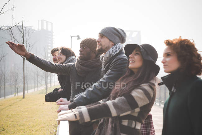 Six jeunes adultes amis regardant la nature dans le parc — Photo de stock