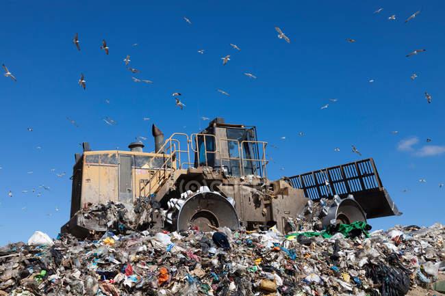 Máquinas trabalhando em resíduos — Fotografia de Stock
