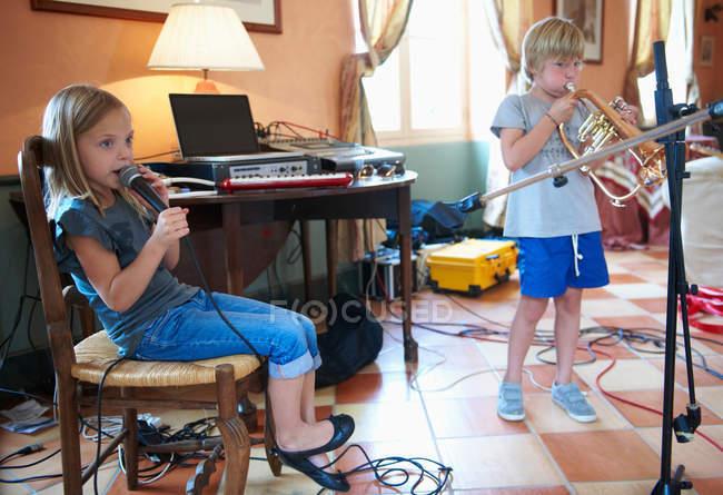 Crianças cantando e tocando música — Fotografia de Stock