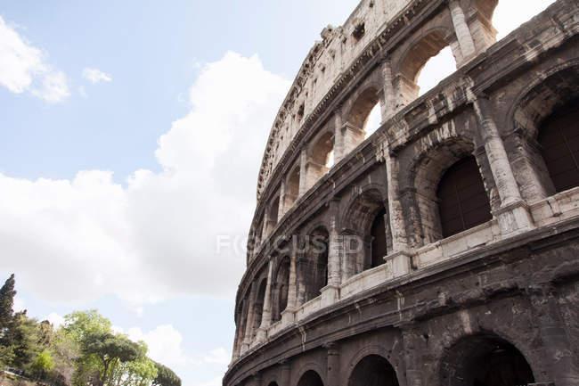 Vista ad angolo basso del Colosseo di Roma — Foto stock