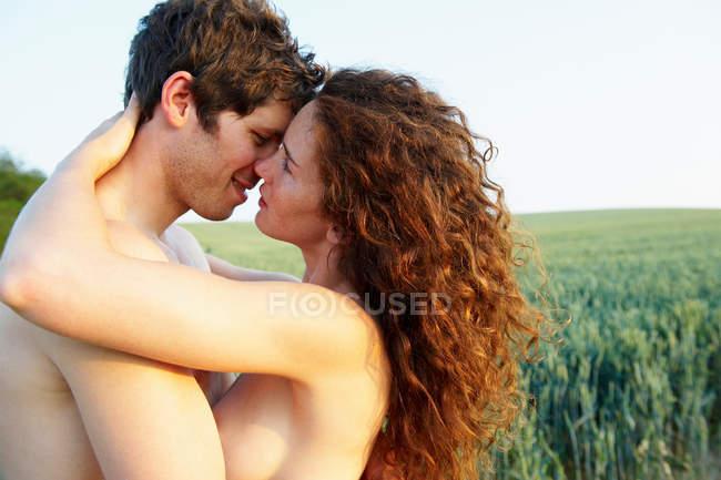 Обнаженная пара, обнимающая друг друга — стоковое фото