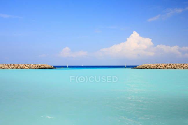 Paredes de pedra em águas tropicais — Fotografia de Stock