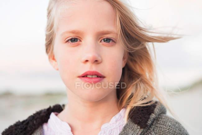 Gros plan de fille regardant la caméra — Photo de stock