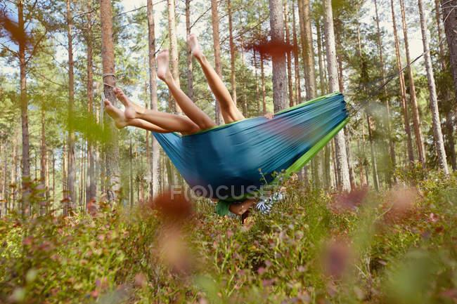 Жінки, які розслабляє в гамаку в лісі — стокове фото