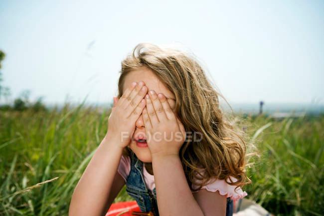 Rosto de menina escondido nas mãos — Fotografia de Stock