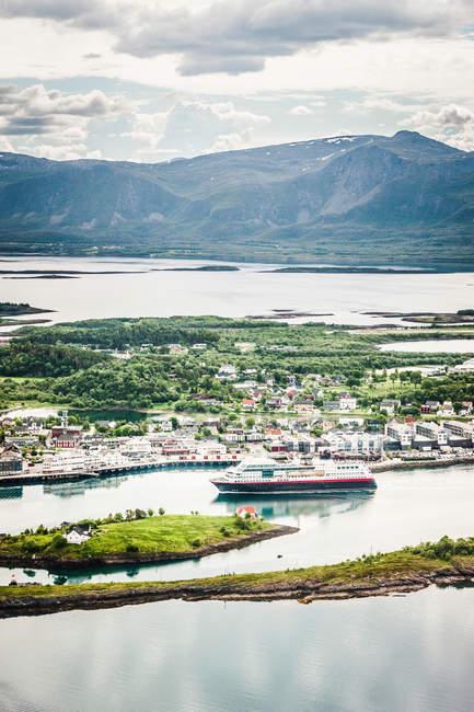 Schiff im Hafen von Dorf — Stockfoto
