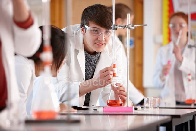 Students working in chemistry lab — Stock Photo