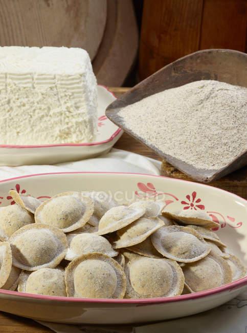Pasta fresca con formaggi su piatti — Foto stock