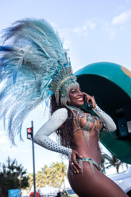 Samba dancer using pay phone, Ipanema Beach, Rio De Janeiro, Brazil — Stock Photo