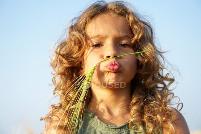 Девушка с пшеницей на лице — стоковое фото