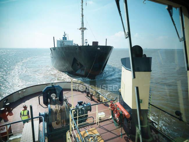 Vista desde el puente del remolcador de barco remolcado en el mar - foto de stock