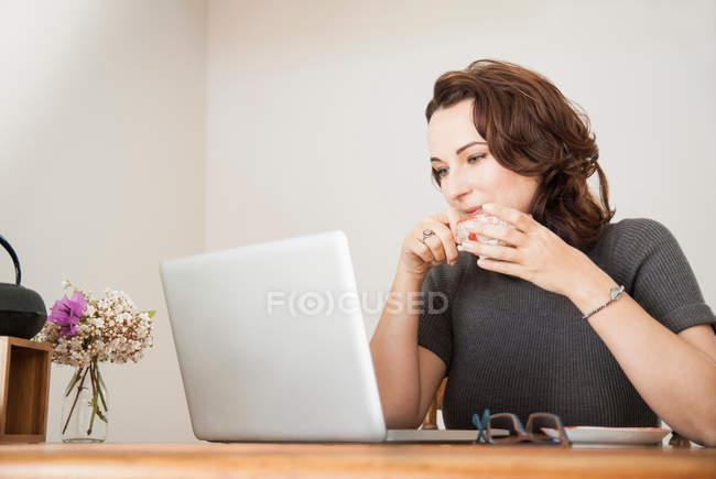 Бізнес-леді за допомогою ноутбук бюро — стокове фото