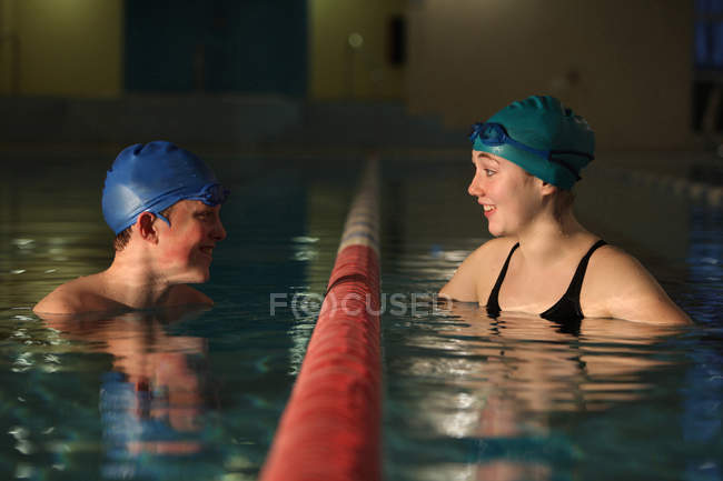 Пловцы разговаривают в полосах у бассейна — стоковое фото
