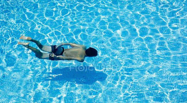 Вид зверху людини купання в басейні — стокове фото