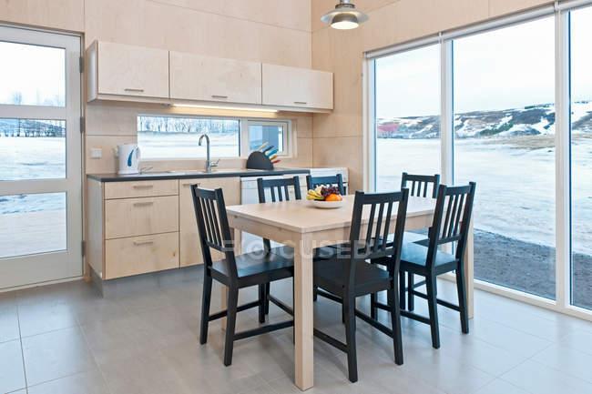 Küche, Tisch und Stühle im chalet — kühl, häuschen - Stock ...