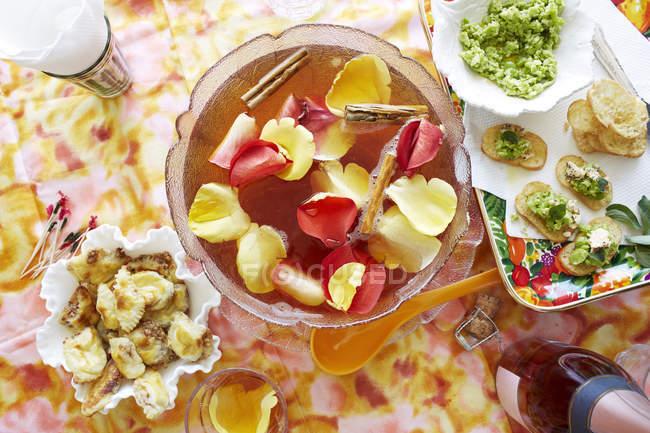 Удар коктейль чаши с закусками партии — стоковое фото