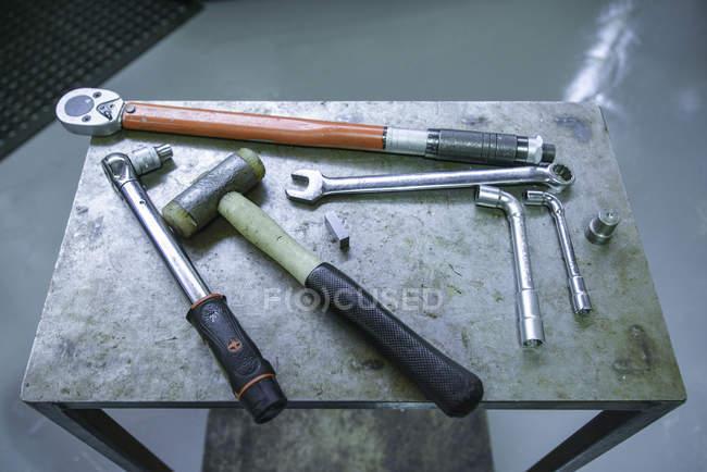 Інженери інструменти на металевих таблиці — стокове фото