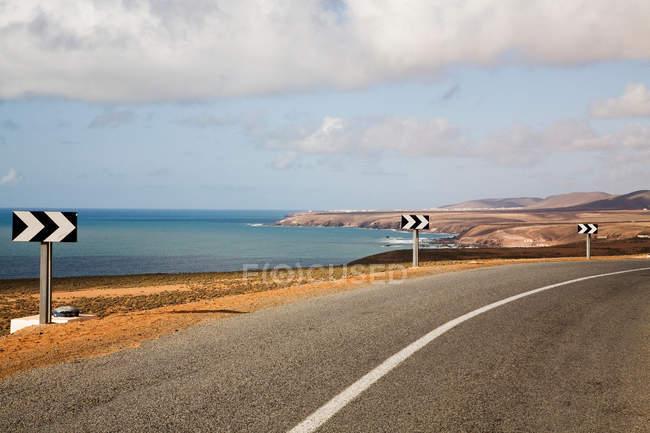 Fléchage le long de la route côtière rurale — Photo de stock