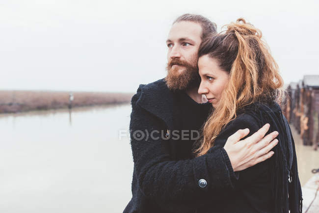 Paar am nebligen Kanal Wasser umarmen — Stockfoto
