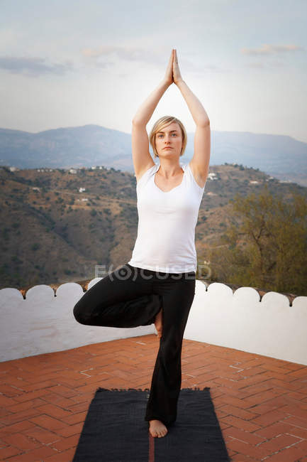 Donna facendo yoga all'aperto — Foto stock