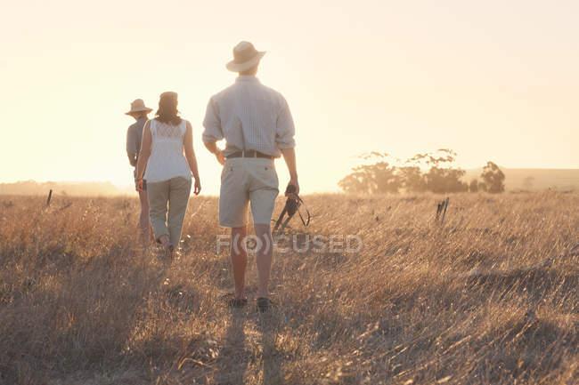 Personas caminando a través de la hierba en safari - foto de stock