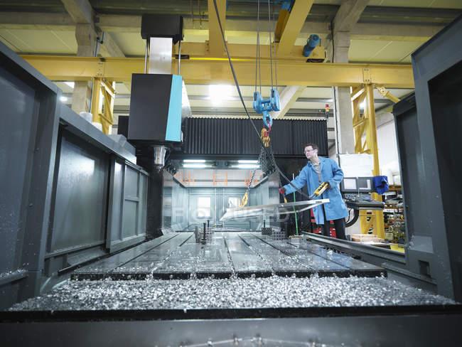 Arbeiter in großer CNC-Maschine in Kunststofffabrik — Stockfoto