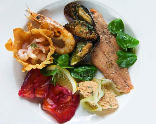 Тарелка копченого морепродуктов — стоковое фото