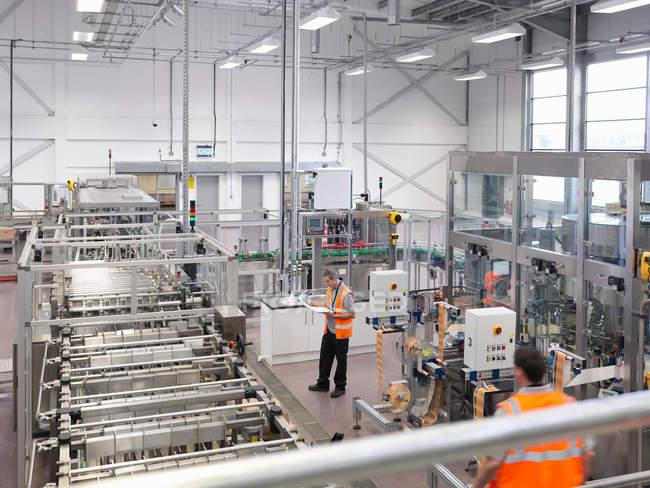 Fabrikarbeiter in Abfüllanlage — Stockfoto