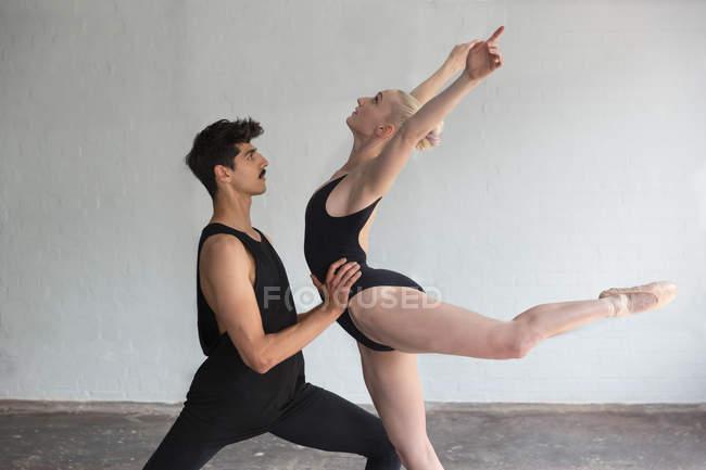 Dancers practicing in studio, bending over backwards — Stock Photo