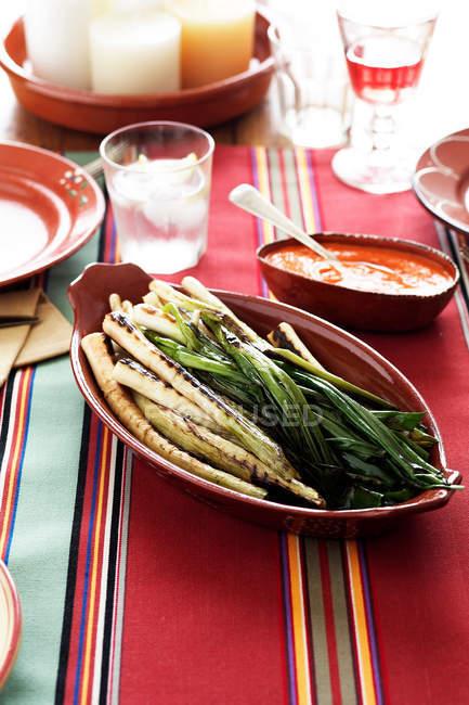Puerros a la plancha con salsa de tazones - foto de stock