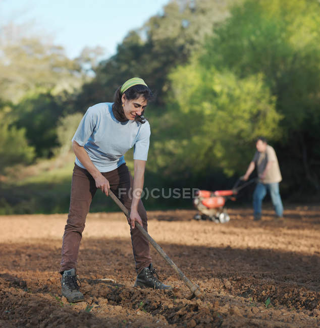 Man and woman preparing soil for sowing — Stock Photo