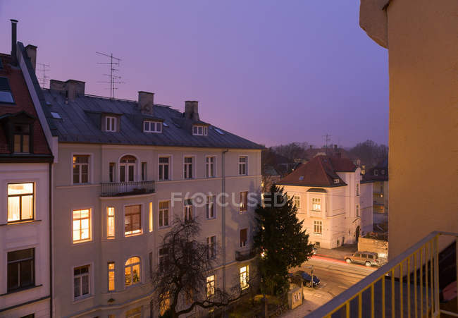 Жилые дома освещаются ночью — стоковое фото