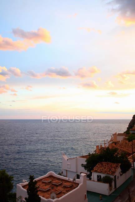 Telhados de aldeia, com vista para o oceano — Fotografia de Stock
