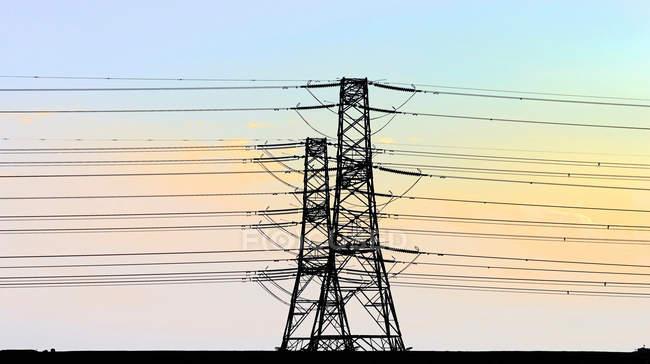 Linhas telefónicas contra céu azul — Fotografia de Stock