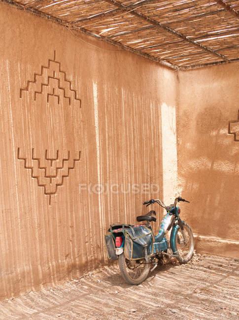Altes Moped parkt im Schatten des Gebäudes — Stockfoto