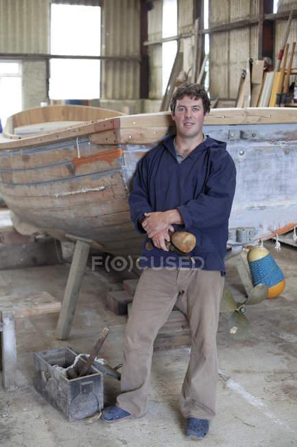 Портрет людини тримає долота в човні семінар — стокове фото