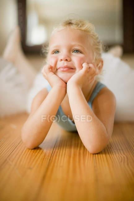 Mädchen liegt im Ballettkurs auf dem Boden — Stockfoto