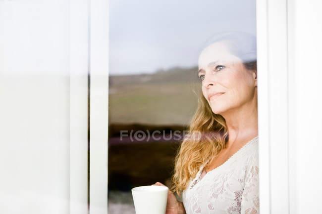 Одна жінка, чашка кави у вікні програми — стокове фото