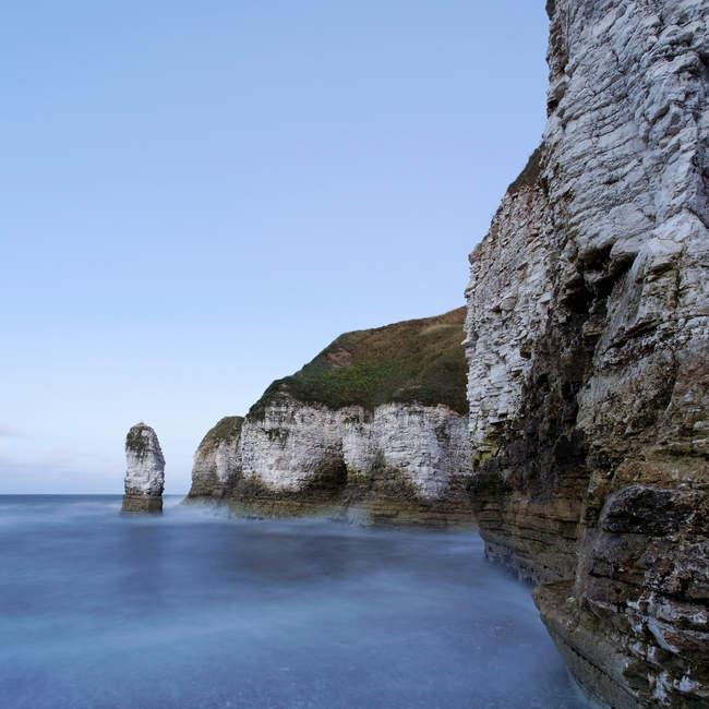 Falaises rocheuses sur mer — Photo de stock