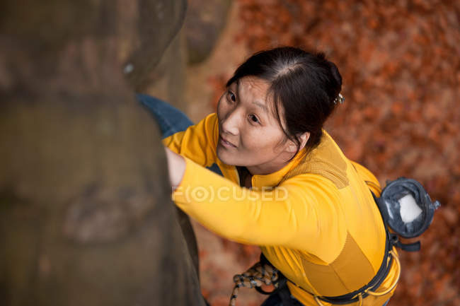 Woman rock climbing on boulder — Stock Photo