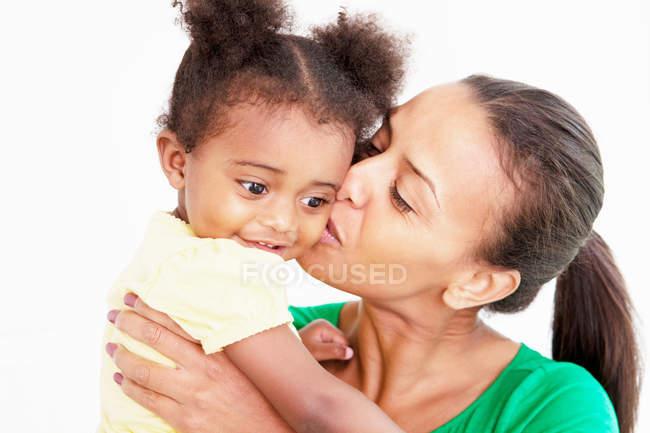 Мати і дочка цілуватися в кухні — стокове фото