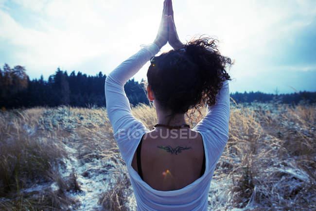 Взрослая женщина, практикующая позу йоги на дереве — стоковое фото