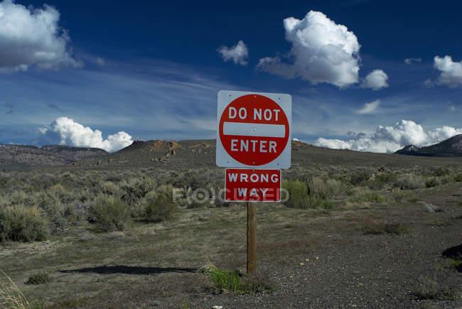 Не входить в сельскую местность с облачным небом — стоковое фото